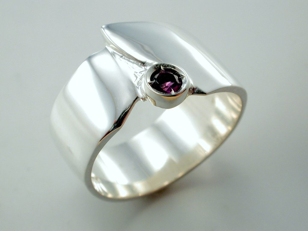 R948 Sterling Silver Ring w. Amethyst.
